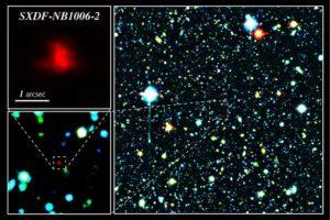 المجرة القديمة SXDF-NB1006-2 (في مركز الصورة اليمنى والمدرج في اليسار) المرئية بهذه الصورة الملونة من سابيرو (مقراب إكس إم إم نيوتن الفضائي). المجرة الظاهرة بالأحمر والتي تبعد 13.1 مليار سنة ضوئية عن الأرض.